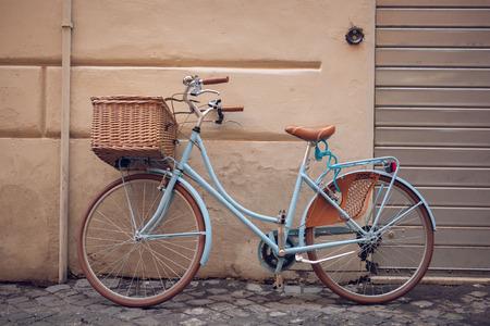 Blauwe vintage stad fiets met mand. Stockfoto