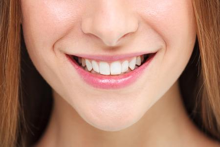 cerrar: Sonrisa de la mujer. El blanqueamiento dental concepto.