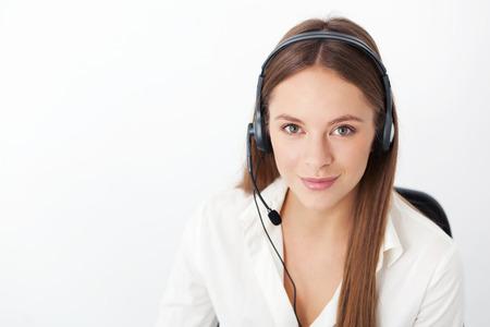 Portret van gelukkige vrolijke mooie jonge ondersteuning telefoon operator met een headset. Stockfoto