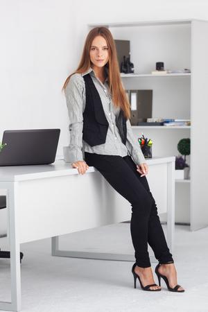 belle brune: Portrait de la belle jeune femme d'affaires à son bureau.