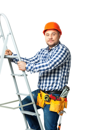 subiendo escaleras: Retrato de constructor de la construcción aislada sobre fondo blanco.