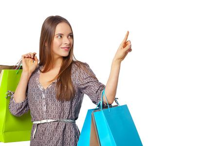 chicas de compras: Mujer hermosa feliz con bolsas aisladas sobre fondo blanco. Concepto de compras.