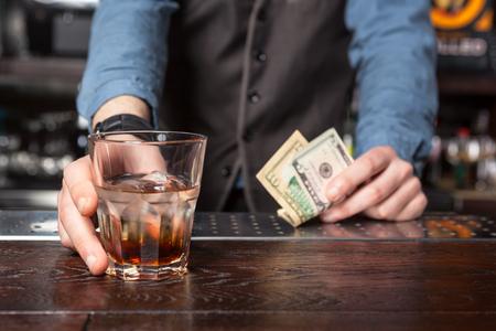 Barman geven whiskey glas met drank - close-up. Stockfoto