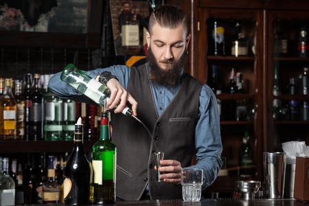 experto barman está haciendo cóctel.