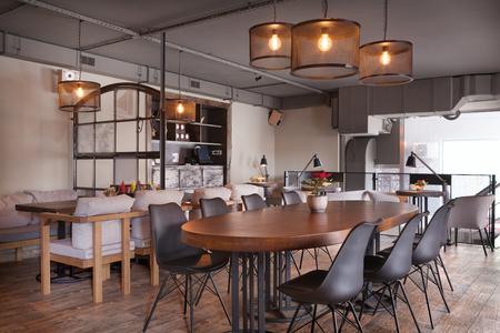 시내에서 현대 유럽 카페 간.
