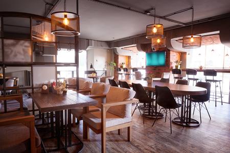 Intérieur du café européen moderne au centre-ville. Banque d'images - 56870098