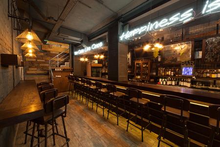 Este es el interior del pub europea moderna. Foto de archivo