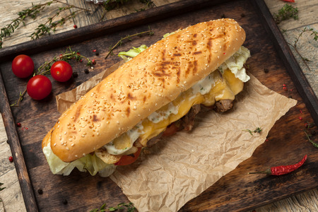 tomato slices: Wheat baguette with sesame seeds, slices of beef tenderloin, grilled royal cheese, tomato, iceberg, cheese sauce , sauce Relish.