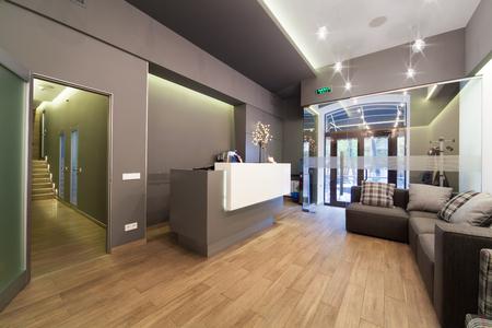 recepcion: entre el diseño moderno. Vestíbulo en la clínica dental. Foto de archivo