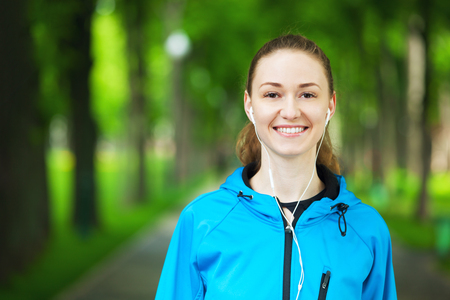 hacer footing: Portrait of cheerful young woman ready to start her morning running session.