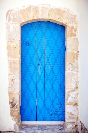 cerrar la puerta: This is close up of an old blue door.