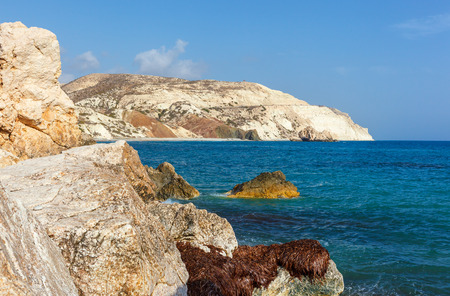 aphrodite: Vista de las montañas y el mar cerca del lugar de nacimiento de Afrodita. Chipre.