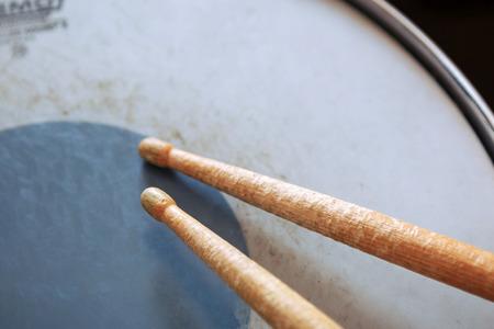 Close up of a pair of drumsticks lying on tom-tom drum. Standard-Bild
