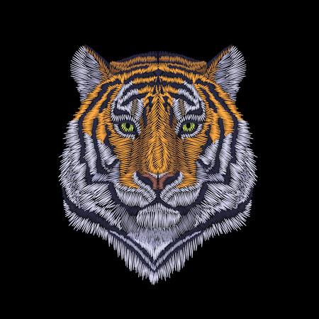 Tigerkopf edles Anstarren. Vorderansicht Stickerei Patch Aufkleber. Orange gestreifter schwarzer wilder Tierstich-Textildruck. Dschungel-Logovektor-Illustrationskunst