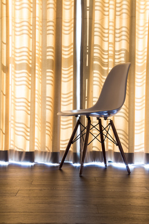 Curtains and chairs in the room. Standard-Bild