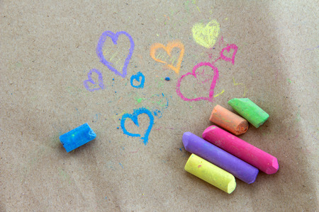 Less chalk in a variety of colors arranged on a Brown paper. Standard-Bild