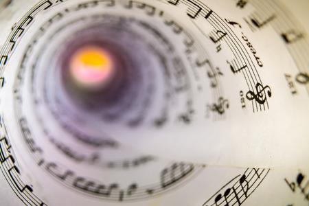 partition musique: A l'intérieur d'un cône en une feuille de partition. Banque d'images