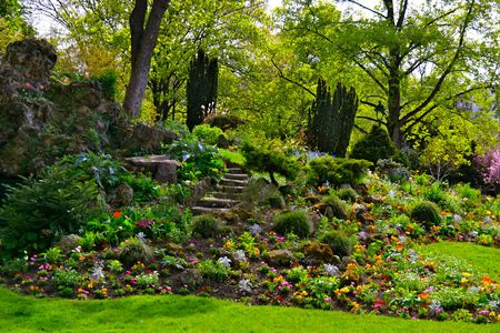 jardines con flores: senderos del jard�n en el Parc Monceau, en Par�s, Francia Foto de archivo