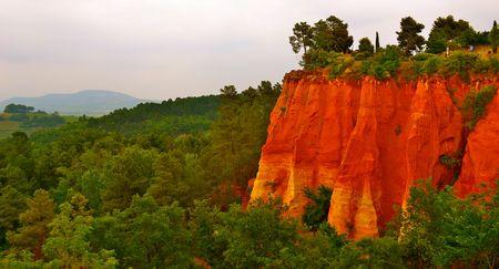 roussillon: The cliffs of ochre surrounding Roussillon, France Stock Photo