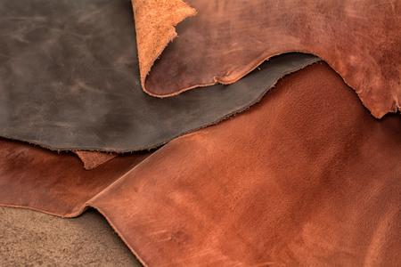 Textur der Stücke braunes Leder. Natürlicher materieller Hintergrund Standard-Bild