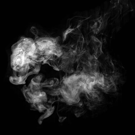 Photo de fumée blanche isolée sur fond noir. Banque d'images