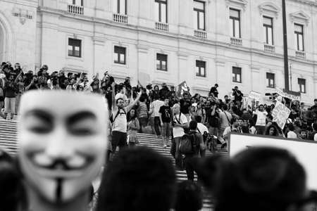 """najechać: Lizbona, Portugalia - 15 października: Portugalski protestujÄ…cych udziaÅ' na globalnym """"Okupacja"""" protesty powalić barier policji i podejmuje schody marmurowe parlamentu, w dniu 15 października 2011 r. w Lizbonie, Portugalia. Publikacyjne"""