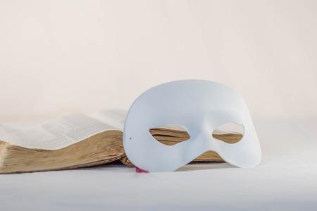 그것 앞에 흰 마스크가 달린 성경