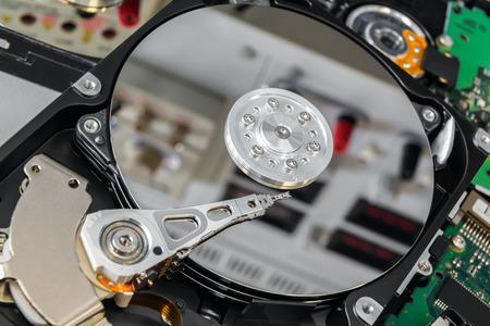 Eröffnet fehlerhafte Festplatte in einer elektronischen Labor bereit für die Reparatur Standard-Bild - 42440517