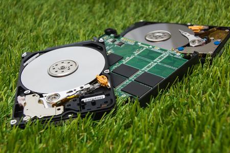 Neue SSD und ein paar alte Festplatte zum grünen Gras Standard-Bild - 73398759