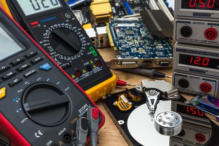 Ffnen Sie fehlerhafte HDD in einem Service-Labor, bereit für Datenwiederherstellung oder Reparatur Standard-Bild - 74004860