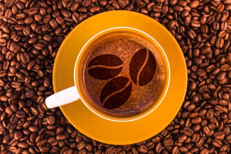 Kaffeebohnen auf frischem Espresso mit einer schönen Crema und verstreuten mittelröstlichen Kaffeebohnen Standard-Bild - 74888868