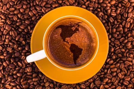 Karte von Amerika auf frischem Espresso mit einer schönen Crema und verstreutem Medium geröstet Kaffeebohnen Standard-Bild - 74886267