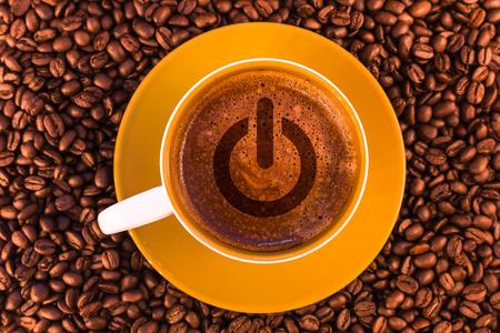 Ein-Aus-Symbol auf frischem Espresso mit einer schönen Crema und verstreuten, mittelgroßen gerösteten Kaffeebohnen Standard-Bild - 74885106