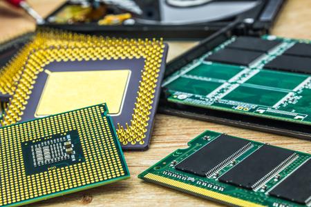 Ein paar verschiedene Prozessoren, RAM-Speichermodul und SSD Standard-Bild - 81427213