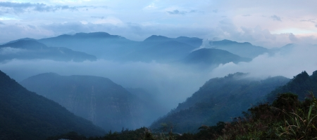 magnetic stones: Sea of   clouds in the mountains of Alishan create magnetic view and excellent conditions for the cultivation of the famous Taiwanese tea Stock Photo