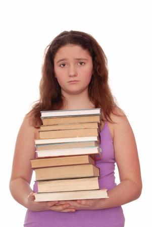 cabizbajo: Muchacha triste sostiene una pila de libros