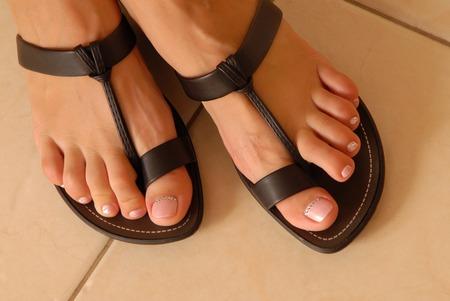 leren sandalen op vrouw