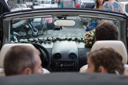 Bride and groom in the car Standard-Bild