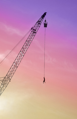 puenting: El hombre salta puenting desde una gr�a