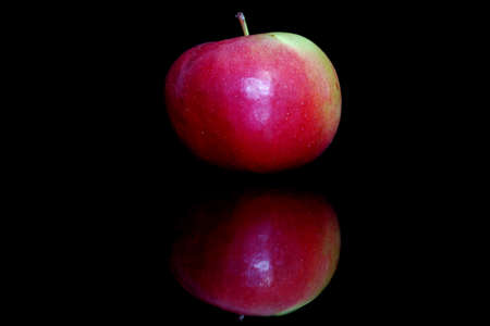 Apple on a black background with reflection Stockfoto