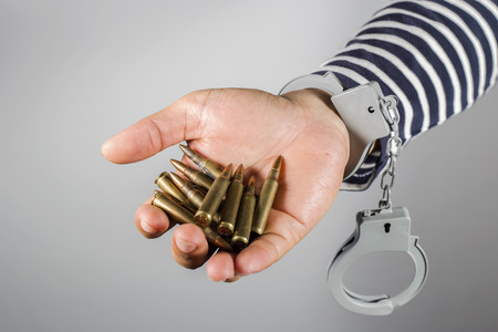 Handcuffs and ammunition.Concept of criminal acts and the ammunition in his possession.