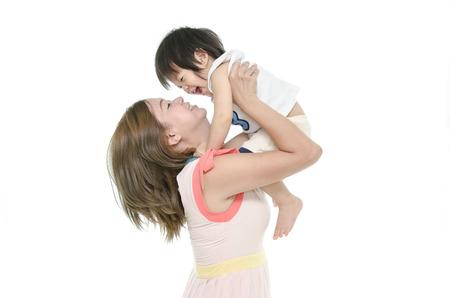 Aziatische moeder en baby kussen, lachen en knuffelen