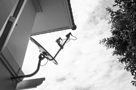 satelite: sat�lite est� unido a la pared de la casa