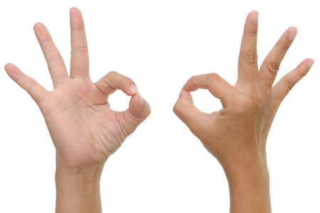 vrouw hand die ok teken op whitebackground geïsoleerde