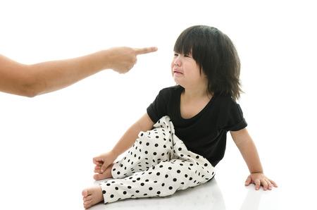 angry couple: Asia beb� llorando mientras la madre rega�ando sobre fondo blanco aislado Foto de archivo