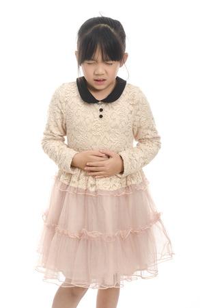 dolor de estomago: Muchacha asiática con dolor de estómago, aislados en fondo blanco aislado
