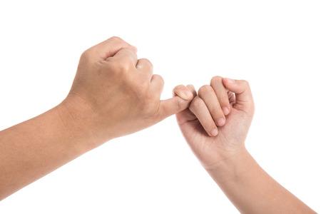 어머니와 딸이 흰색 배경에 고립 된 새끼 손가락 약속을.