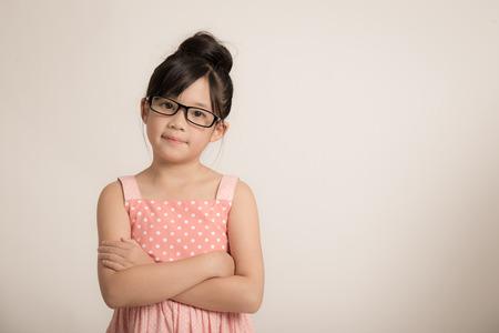 ni�o modelo: Retrato de muchacha asi�tica hermosa que desgasta los vidrios Foto de archivo