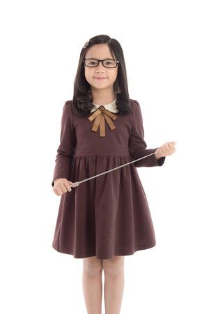 uniformes: Retrato de la hermosa muchacha asiática con uniforme y sosteniendo la varita sobre fondo blanco aislado