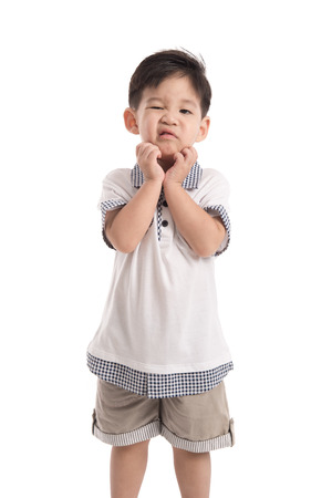 piojos: Niño asiático lindo rascarse en el fondo blanco aislado